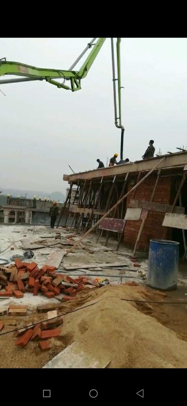 湖南33米搅拌浇筑天泵对江西赣州5层民楼成功封顶现场
